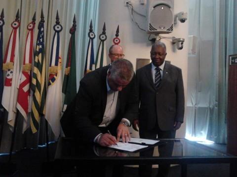 Representatives of the IAB, Sebrae e Ceabra (João Carlos Martins, president of CEABRA), sign the agreement