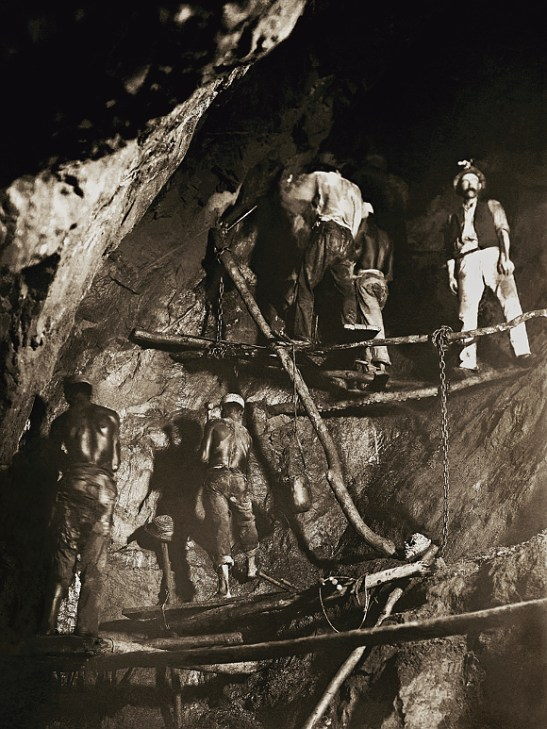 First photo of work in a gold mine in the state of Minas Gerais, 1888