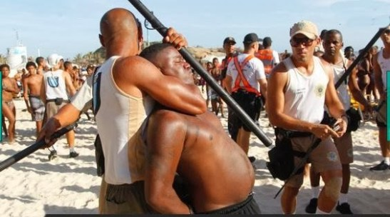 """Man suspect of an """"arrastão"""" being arrested by beach police in Rio de Janeiro"""