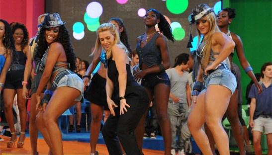 Popular actress Carolina Dieckmann makes an appearance on Globo's 'Esquenta'