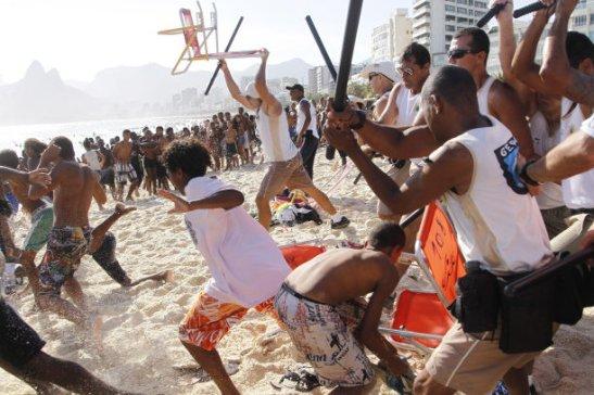 "Guards attack a group on the Arpoador beach in Rio during an ""arrastão"""