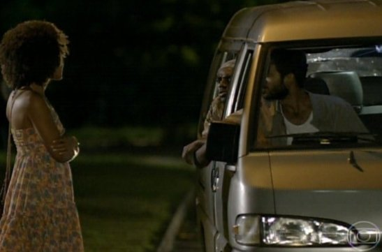 In the scene from the novela, the Neidinha character is offered a ride by three men in a van
