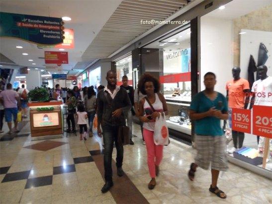 Thayná is accompanied through a shopping mall in Niterói