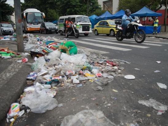 Mar6-Cinco dias após o começo da greve dos garis, o lixo se acumula pela cidade do Rio de Janeiro