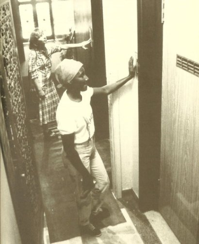 In many Brazilian apartments, the elevators are a place where social/racial discrimination occurs. Photo from Jornal do Brasil, December 4, 1988