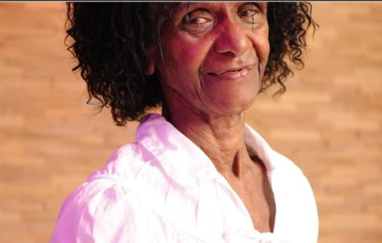 In Pé na Cova (Globo TV), Niana Machado is the scatterbrained beloved maid Bá