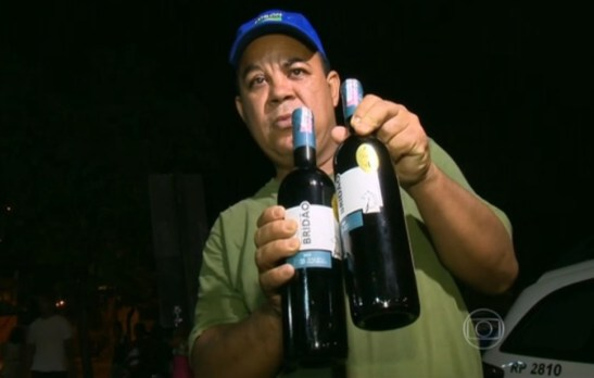 The Military Police sergeant of Espírito Santo shows the two bottles of wine he paid for and for which he was accused of theft and constrained by security guards supermarket