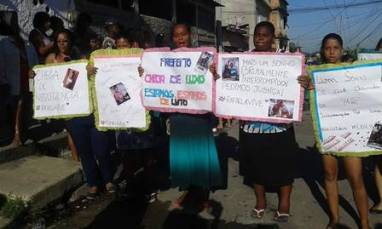 Rafaela's family protest her death in front of the hospital