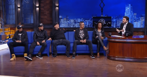 """Negra Li with members of the Hip Hop group RZO on """"The Noite"""""""