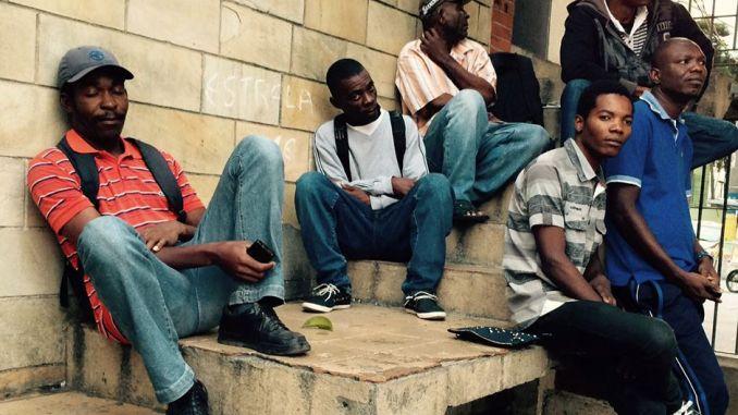amigos haitianos reunidos no centro de sc3a3o paulo