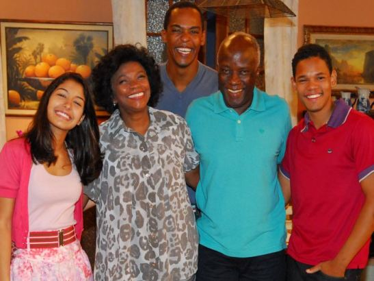 Zezé Motta (second from left) and Antônio Pompêo (second from right) appeared together in the Record TV novela 'Rebelde'