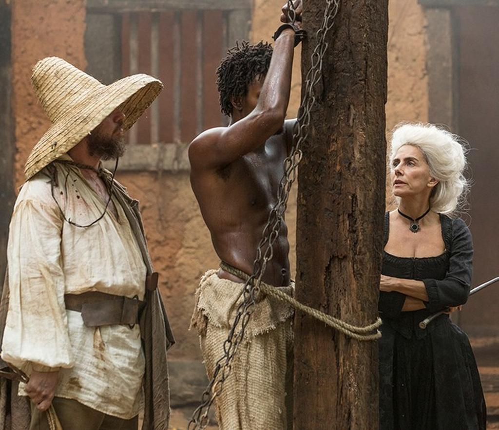 Dionísia (Maitê Proença) não tem pena de Saviano (David Júnior)