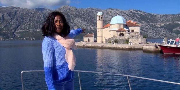 Glória Maria durante gravação do Globo Repórter sobre as belas paisagens de Montenegro, ex-Iugoslávia (2015)