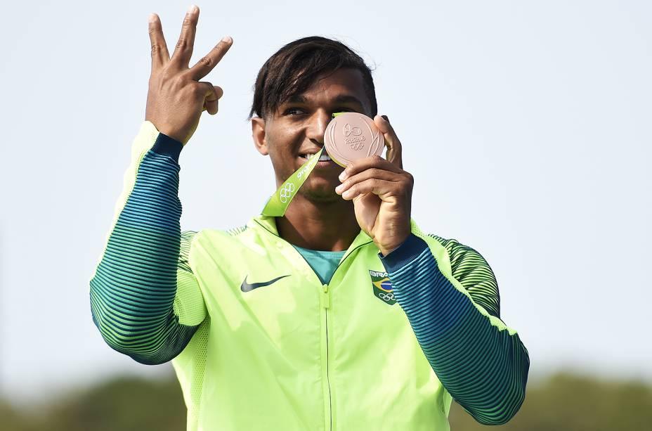 Isaquias Queiroz comemora a medalha de prata nos 1.000 2