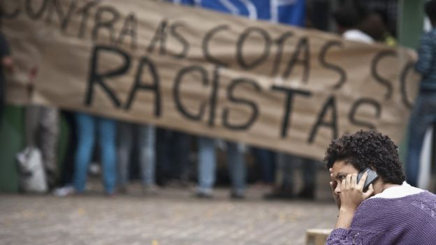 Políticas como a de cotas em universidades são tema de muito debate no Brasil