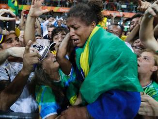 rafaela silva comemora ouro olimpico no judo 1470688761404 v2 956x500