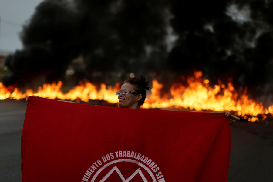 Membro do MTST em protesto em Brasília.
