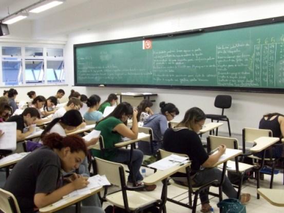 Professor da UFRJ liga criminalidade à cor da pele em sala de aula