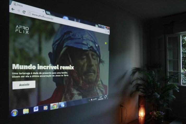Internauta envia imagem da plataforma Afloflix projetada na parede de sua casa