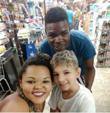 Casal negro é acusado de sequestro por estar com criança branca