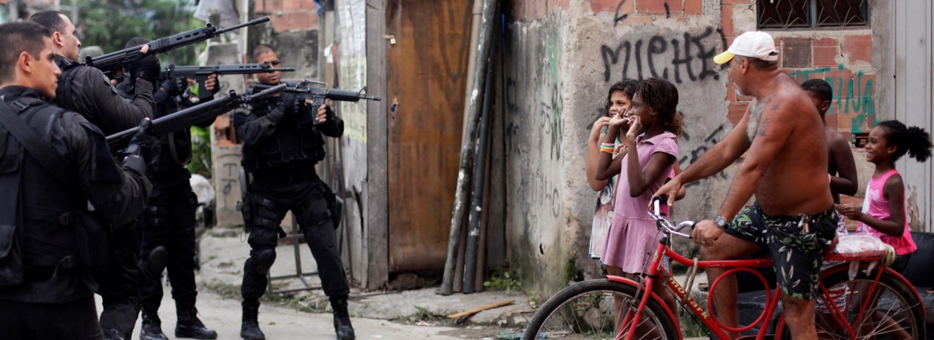 Com Tanques, Granadas e Armas, a Polícia Trava Guerra Contra os Mais Pobres do Rio de Janeiro