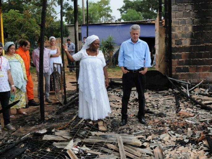 Governador do DF, Rodrigo Rollemberg, e Mãe Baiana entre ruínas de terreiro de candomblé incendiado no Paranoá (2015)