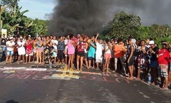 Moradores de Pitanga de Palmares fecham rua em protesto pela morte de Binho do Quilombo