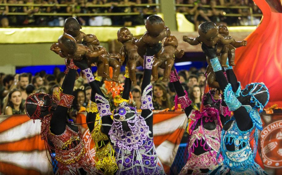 9 - Comissão de frente do Salgueiro destacou o ritual sagrado com cinco yabás, entidades que representam a fertilidade (Imagem Bruna Prado)