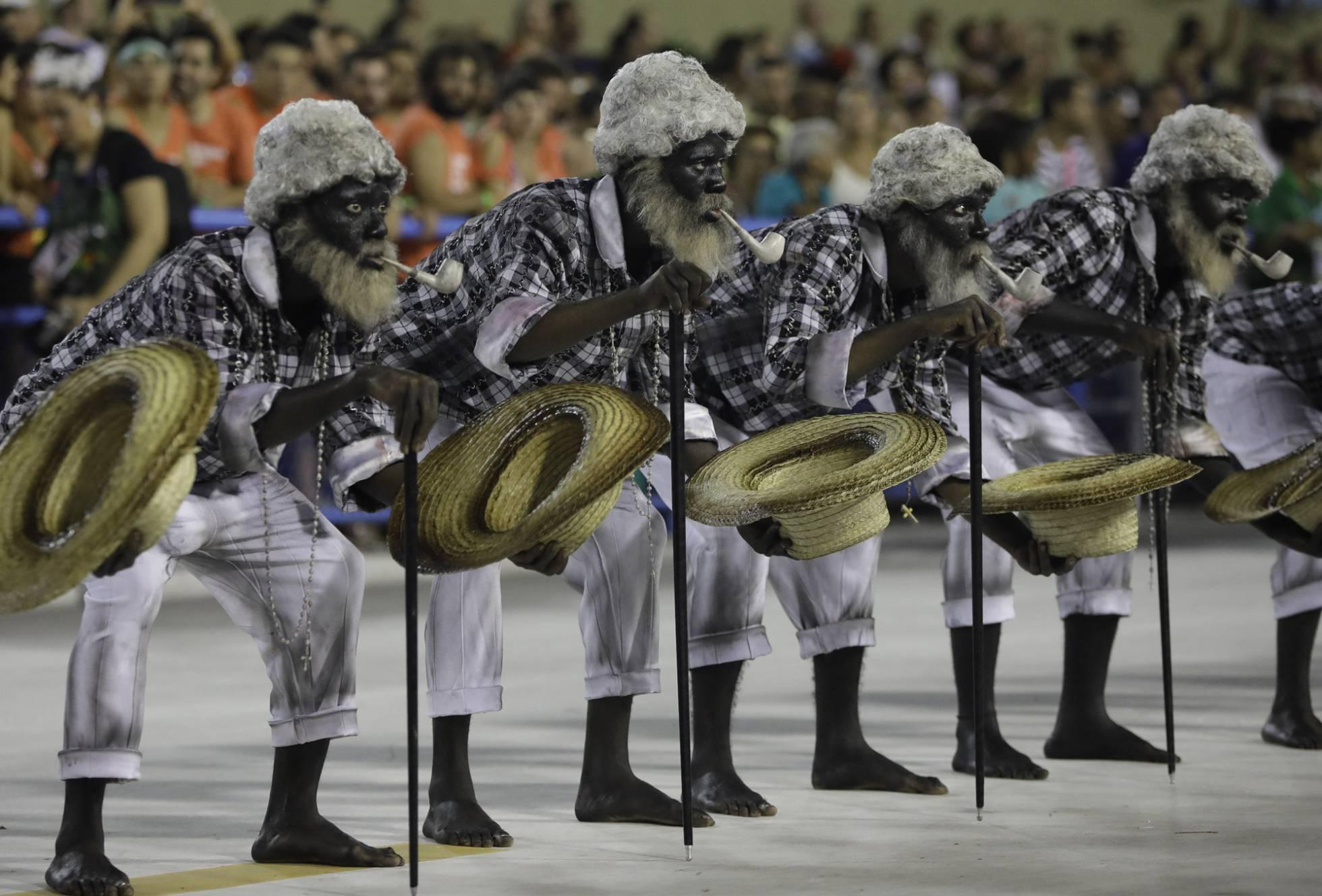 Desfile da escola Paraíso do Tuiuti, que fez um desfile protesto no Rio de Janeiro. LEO CORREA AP