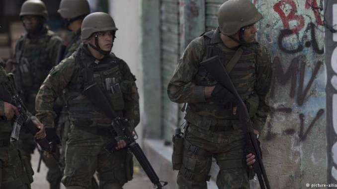 militares em ac3a7c3a3o em favela carioca