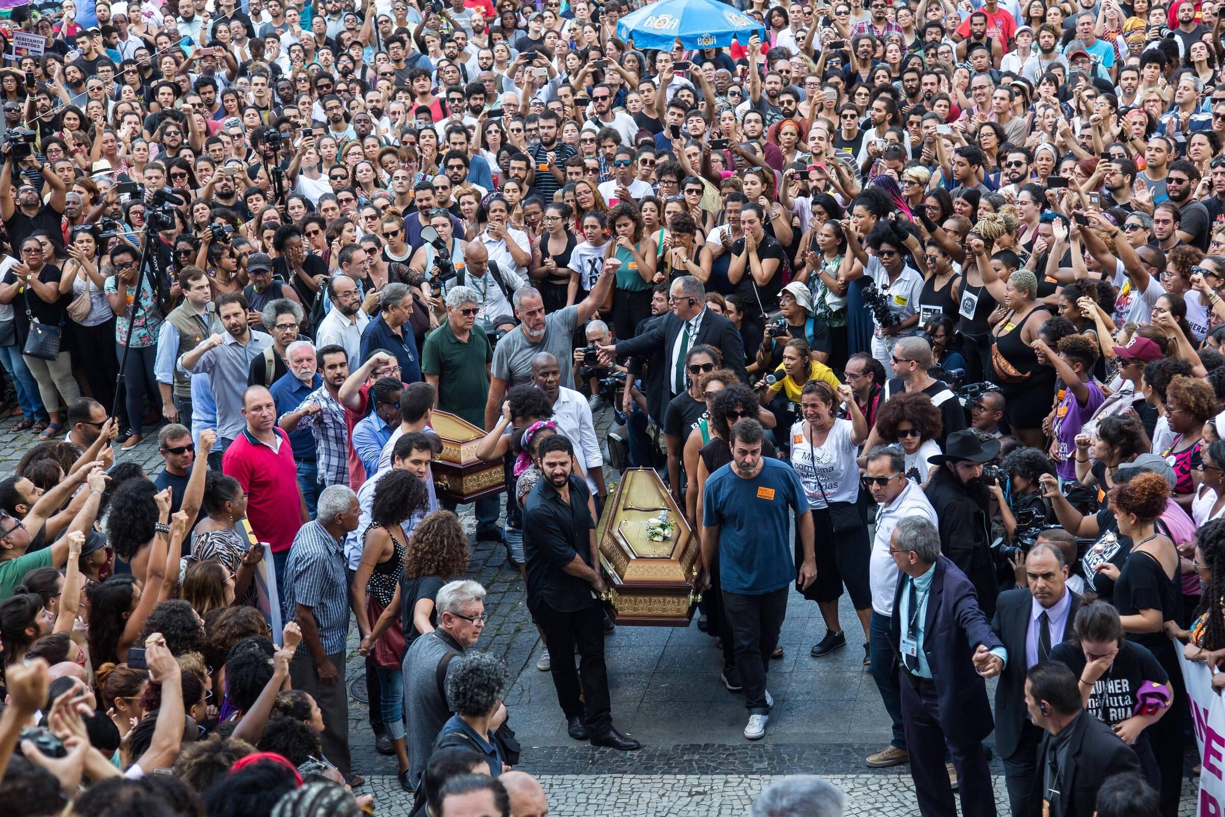 Marielle Franco é sepultada sob aplausos e gritos de protesto no Rio