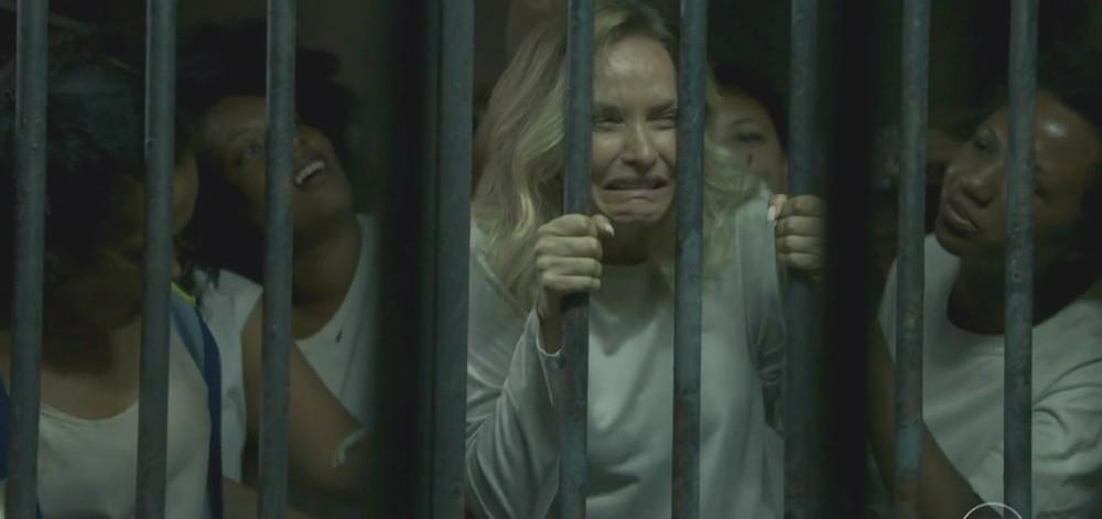 Fabiana (Fernanda Rodrigues) é presa ao lado de mulheres negras em cena exibida em O Outro Lado do Paraíso - Copy