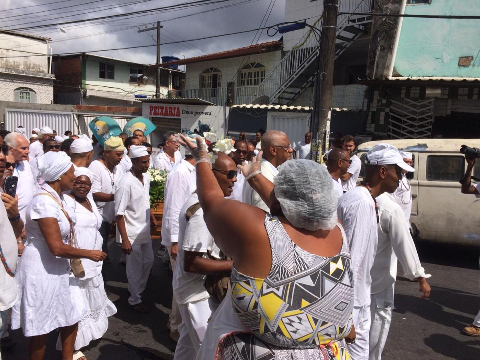 Cortejo fúnebre com corpo de Mãe Stella percorre ruas de Salvador