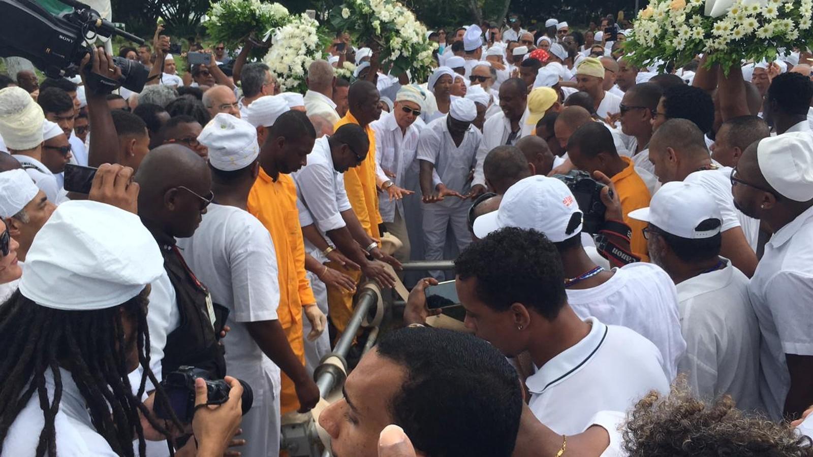 Multidão acompanhou o enterro de Mãe Stella de Oxóssi, em Salvador