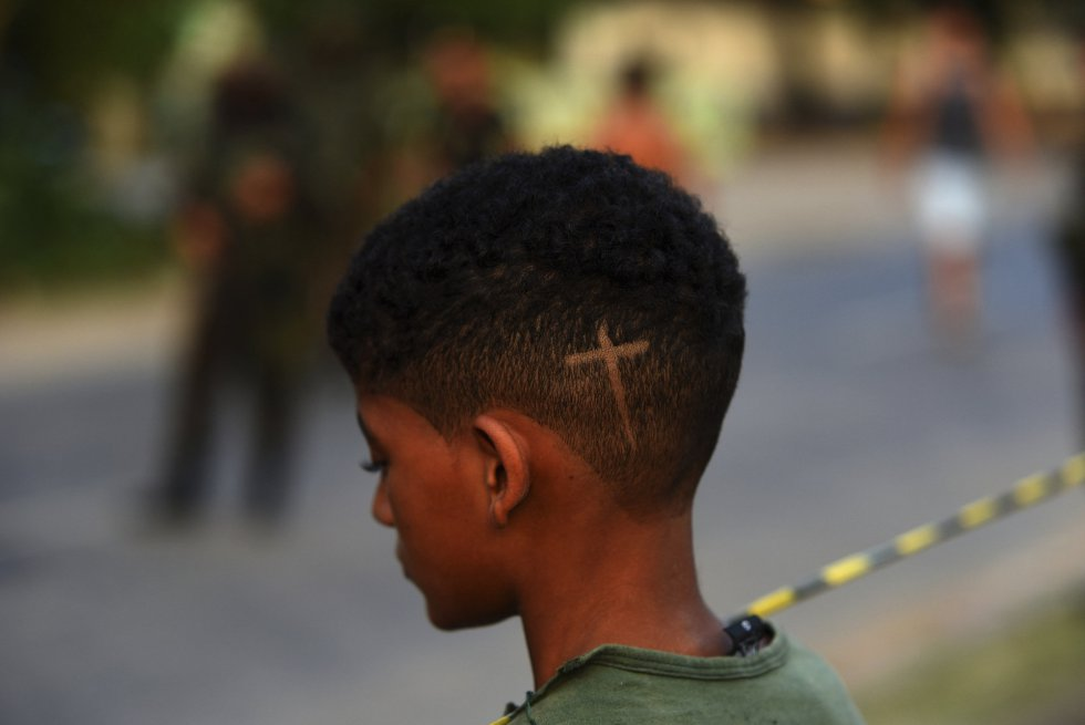 Morador da zona se aproxima do local onde Evaldo dos Santos Rosa foi morto pelo Exército, na zona oeste do Rio