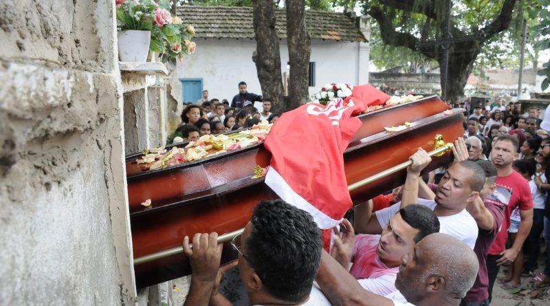 Dyogo Xavier Coutinho - Dor e muita emoção no enterro de jogador morto na Grota
