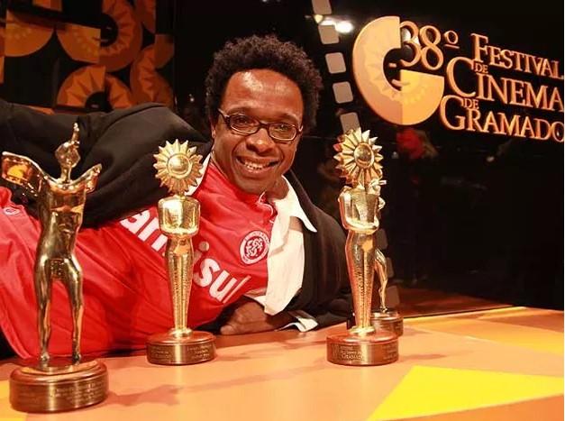 Jeferson De recebe prêmio de Melhor Filme no 38º Festival de Cinema de Gramado