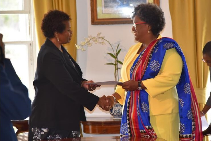 Prime Minister Mia Mottley (right) receiving the instrument of office from Governor General Dame Sandra Mason. (TeleSUR photo)