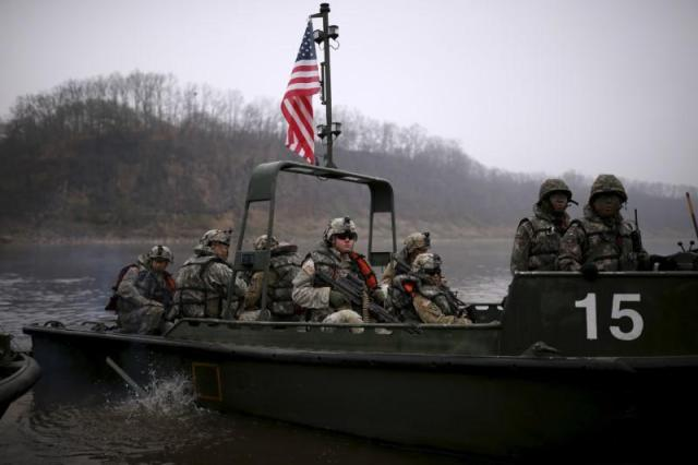 FILE PHOTO: U.S. army soldiers take part in a U.S.-South Korea joint river-crossing exercise near the demilitarized zone separating the two Koreas in Yeoncheon, South Korea, April 8, 2016. REUTERS/Kim Hong-Ji