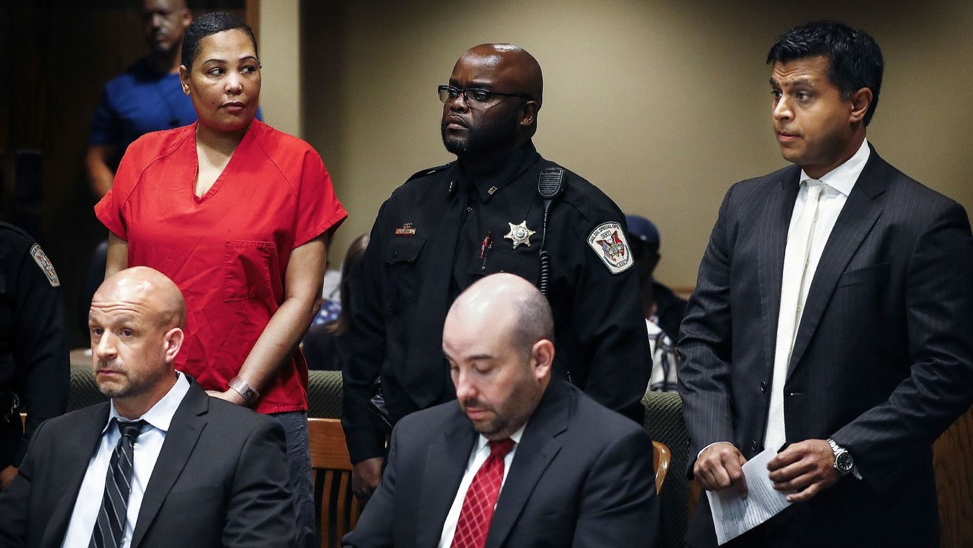 Sherra Wright, left, glances at attorney Juni Ganguli, right, after her lawyers Steve Farese and Blake Ballin asked to be withdrawn from representing her in Shelby County Criminal Court in Memphis on July 11. (Mark Weber / Associated Press)