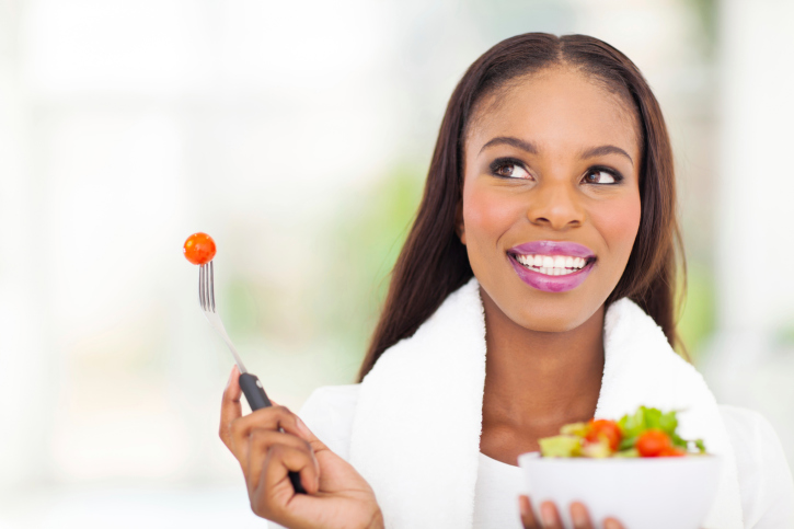 woman eating vegetable salad