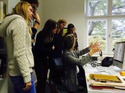 """Studierende des Seminars """"Black Mountain-Tracing Basics. Modelle performativer Künste und Wissenschaften"""" mit Prof. Dr. Annette Jael Lehman in Frau Lehmanns Büro im theaterwissenschaftlichen Institut der Freien Universität Berlin."""