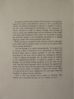 """PERFORMING the Black Mountain ARCHIVE, Wiebke Wolkenhauer in der Ausstellung """"Black Mountain. Ein interdisziplinäres Experiment 1933-57"""", Hamburger Bahnhof - Museum für Gegenwart - Berlin. Courtesy: Wiebke Wolkenhauer."""