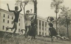 Black Mountain College: Sue Spayth (li) und unbekannte Studierende vor der Lee Hall, Blue Ridge Campus, um 1938. © Courtesy of Western Regional Archives, States Archives of North Carolina