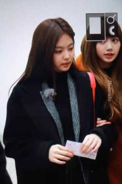 Blackpink-Lisa-Jennie-Filming-Blackpink-House-Alice-Exhibition-3