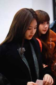 Blackpink-Lisa-Jennie-Filming-Blackpink-House-Alice-Exhibition-4