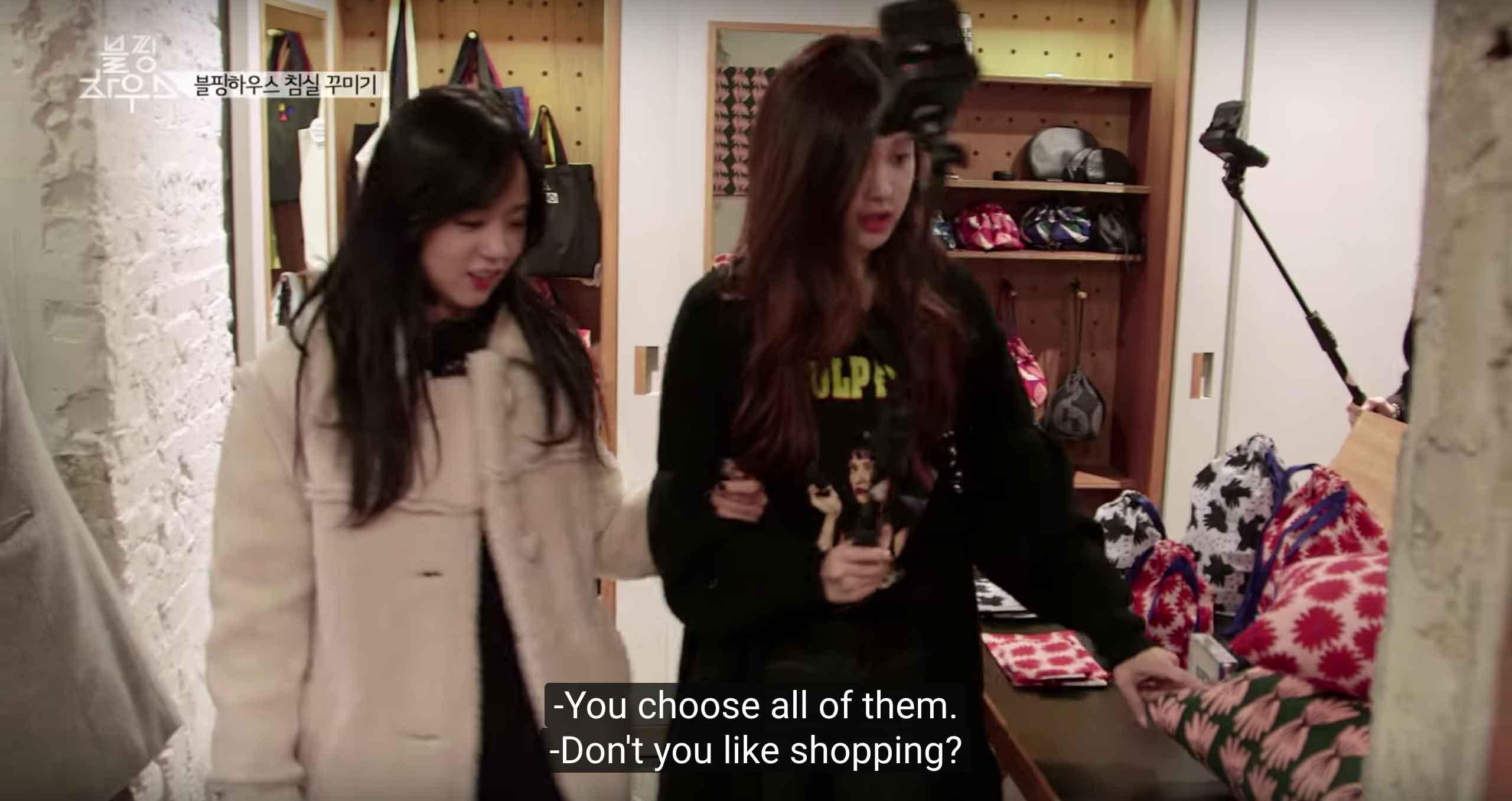 Jisoo-and-rose-shopping
