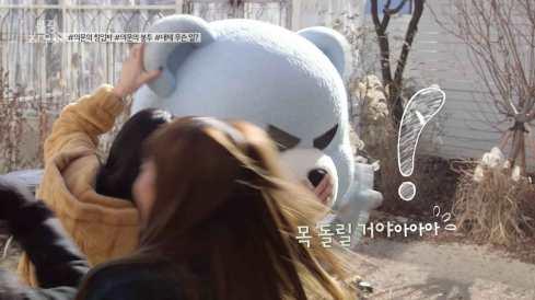 Jisoo-wants-to-twist-Krunk-head