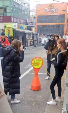 Lisa-and-Rose-in-hongdae-4