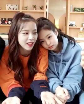 Blackpink-Jisoo-and-Jennie-Jensoo-2